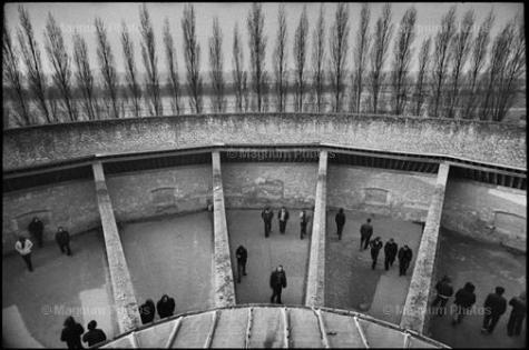 Jean Gaumy. Walking Courts, Caen. Maison d'arrêt. 1976